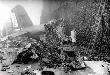 """Restos del avión que transportaba a la expedición del """"Grande Torino"""" tras el accidente en la colina de Superga."""