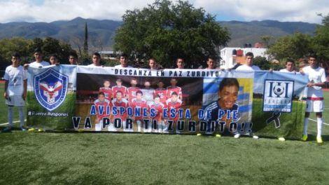 En el partido de regreso tras el ataque, los Avispones homenajearon así a su compañero caído tras el ataque. Imagen tomada de El País.