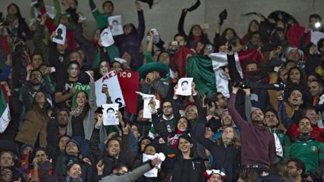 Mexicanos protestan en el Amsterdam Arena.