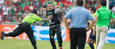 Aficionado invade la cancha del estadio Corregidora para protestar.