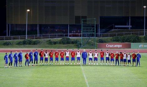 Minuto de silencio de la selección española en su entrenamiento en Las Rozas