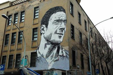 Gigantesco mural de Totti en Roma