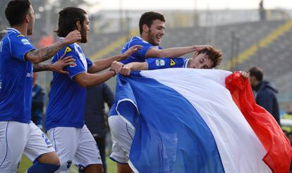 Leonardo Morosini celebra su gol con el Brescia con una bandera francesa.