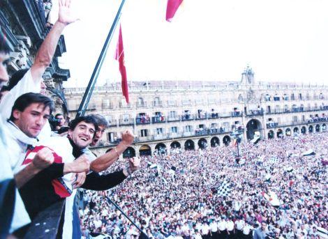 """Aficionados del Salamanca abarrotan la Plaza Mayor para celebrar el ascenso de """"La Unión"""" a primera división en la temporada 96/97. (DIARIO AS)"""