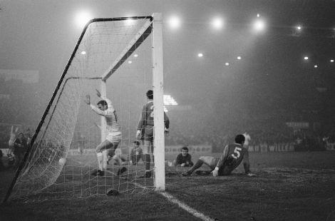 1920px-Ajax_tegen_Liverpool_5-1,_Nuninga_(juichend_in_doel)_heef_4-0_gemaakt