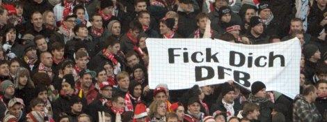 """Fußball Bundesliga 16. Spieltag: VfB Stuttgart - FC Schalke 04 am 08.12.2012 in der Mercedes Benz-Arena in Stuttgart (Baden-Württemberg). Stuttgarter Fans halten ein Transparent mit der Aufschrift """"Fick Dich DFB"""". Foto: Marijan Murat/dpa +++(c) dpa - Bildfunk+++"""
