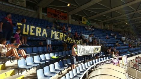 La afición del Palencia protestando en El Sardinero, en el primer partido de liga