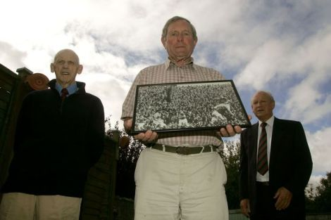 Paddy Prendergast con una foto de la final de 1951