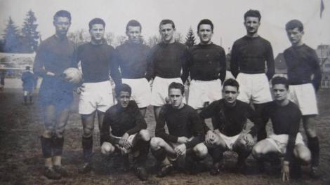 Desde la izquierda: Guido Vandone al lado de Lando Macchi u Umberto Motto. El primero a la izquierda es Antonio Gianmarinaro y el último al fondo a la derecha en pie es Franco Audisio. // Vía La Stampa