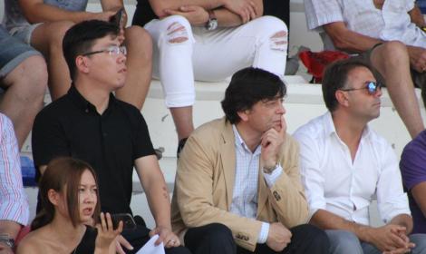 Con camisa negra Li Xang, propietario del Jumilla (vía http://sietediasjumilla.es/)