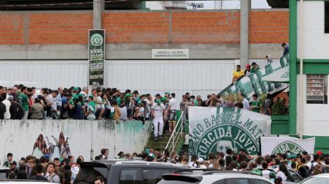 Hinchas de Chapecoense a las afueras de su estadio